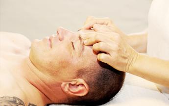 Gesichtsmassage und Ohrenkerzenbehandlungen